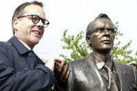 Kiefer Sutherland with a statue of his grandfather, Tommy Douglas, in Weyburn, SK, on Sep. 10, 2010